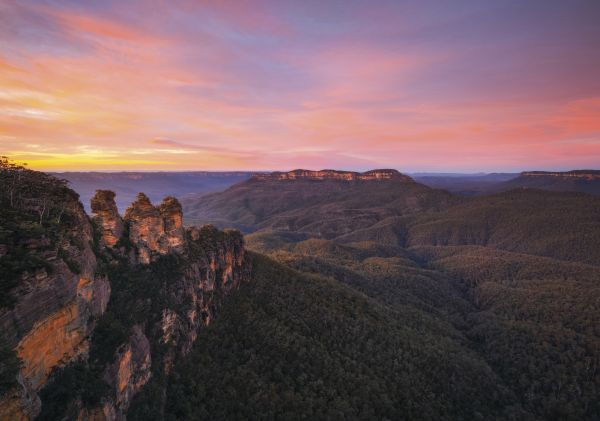 Three Sisters - Sunrise over Jamison Valley in the Blue Mountains