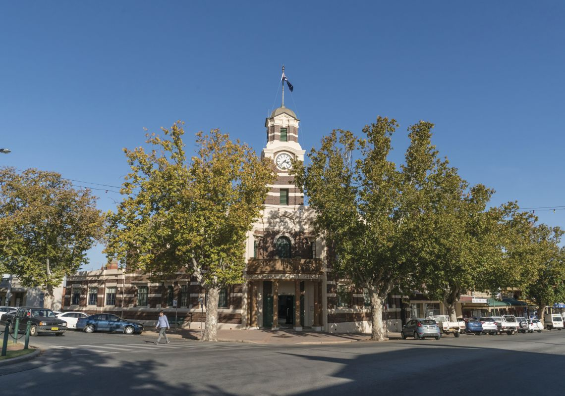 Exterior view of the Narrandera Council Chambers.