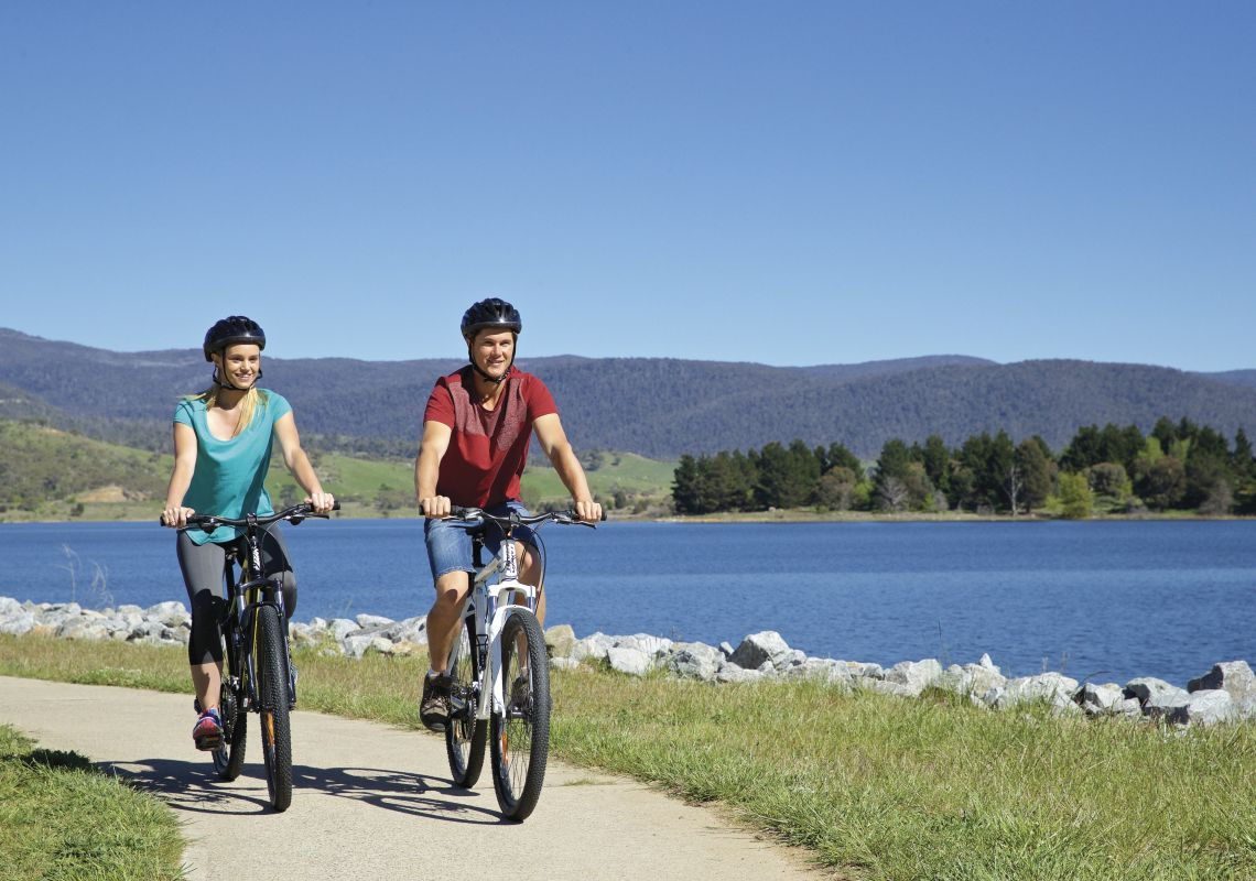 Scenic bike ride along Lake Jindabyne in the Snowy Mountains