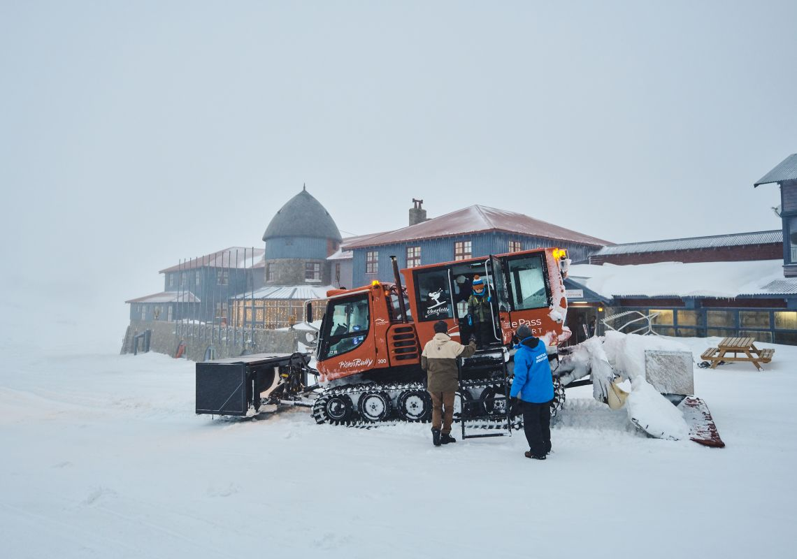 Guests arriving at Charlottes Pass via overnsnow transport