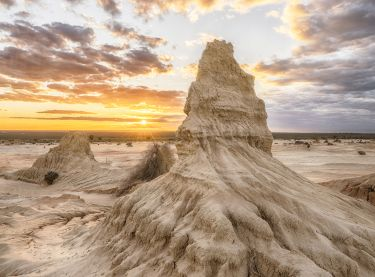 Spectacular outback landscapes showcasing the Walls of China in the World Heritage Mungo National Park