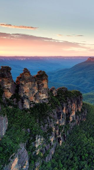 Sunrise over the Three Sisters and Mount Solitary in the Blue Mountains National Park, Katoomba - Credit: Filippo Rivetti